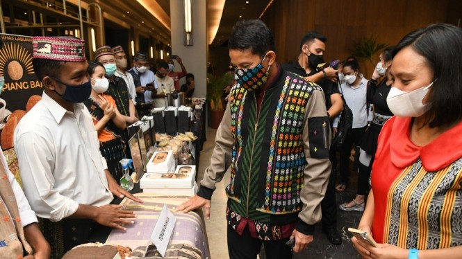 Sandiaga Uno berdialog dengan pelaku usaha parekraf Labuan Bajo