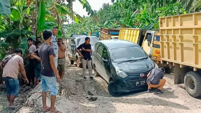Jalan rusak parah di Desa Siau Dalam, Kecamatan Muara Sabak Timur