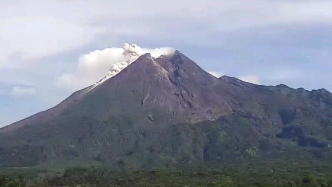 Gunung merapi mengeluarkan awan panas guguran dan guguran lava.