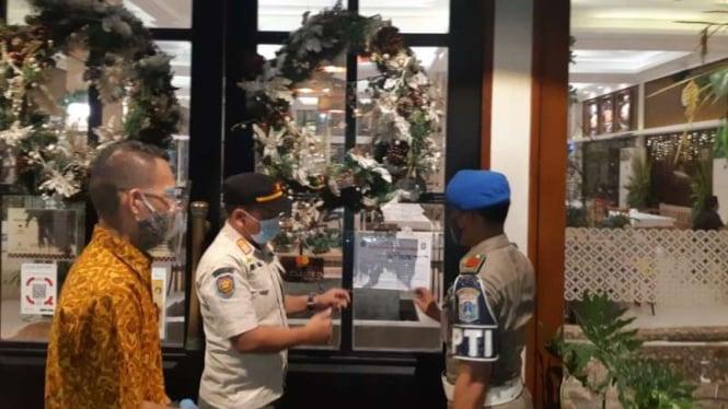 Satpol PP Kota Jakarta Barat menyegel restoran yang melanggar PSBB