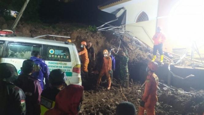 Proses evakuasi korban longsor di Sumedang