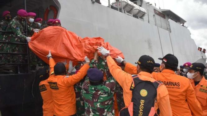 Basarnas kumpulkan kantong serpihan dan tubuh korban Sriwijaya Air SJ 182.