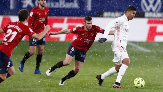 Pertandingan Osasuna vs Real Madrid, di bawah guyuran salju.