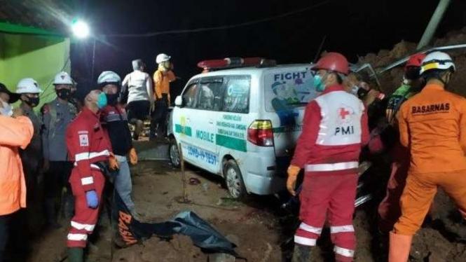Evakuasi korban longsor di Sumedang, Jawa Barat.