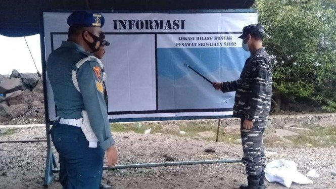TNI Angkatan Laut Banten mendirikan posko pencarian pesawat Sriwijaya Air di Pulau Cangkir, Kecamatan Kronjo, Kabupaten Tangerang, Minggu, 10 Januari 2021.