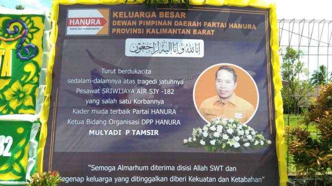 Karangan Bunga duka cita yang tampak menghiasi Bandara Supadio Pontianak.