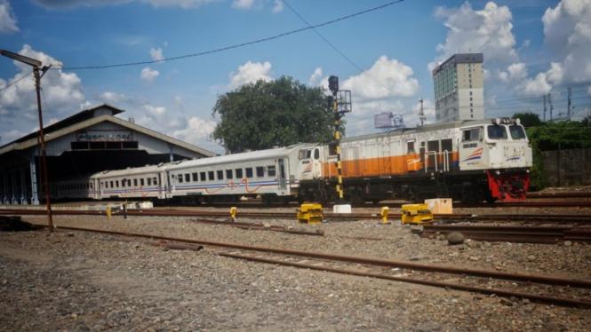 Rangkaian gerbong kereta api (KAI) melintas di Stasiun Solobalapan