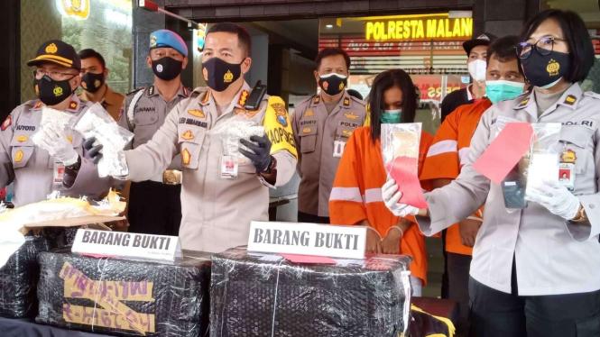 Polisi memperlihatkan barang bukti narkoba jenis pil koplo sebanyak 2,492 juta butir hasil pengungkapan sindikat pengedar narkoba dalam konferensi pers di kantor Polresta Malang Kota, Jawa Timur, Selasa, 12 Januari 2021.