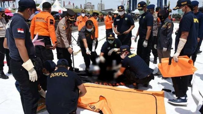 TIm SAR temukan bagian tubuh penumpang Sriwijaya Air.
