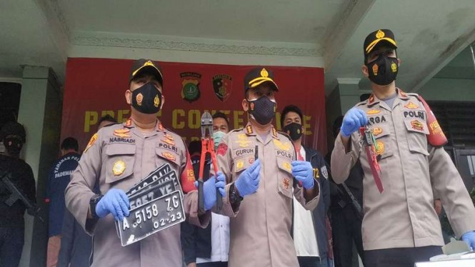 Kapolres Metro Jakarta Utara, Kombes Pol Arif Guruh Darmawan (tengah) merilis kasus pencurian motor di Pademangan, Jakarta Utara