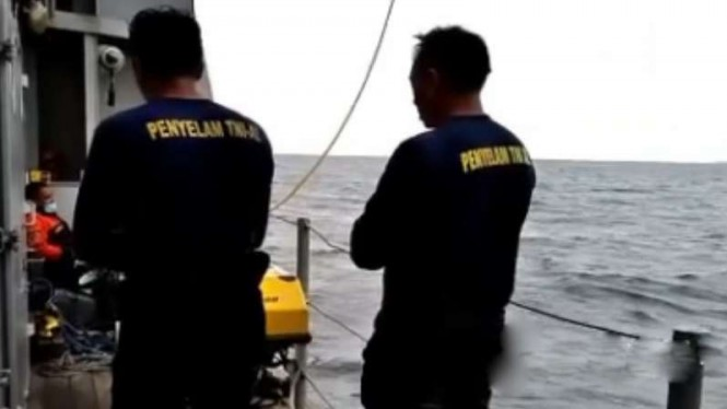 VIVA Militer: Dislambair Koarmada I TNI AL salat  di atas kapal.