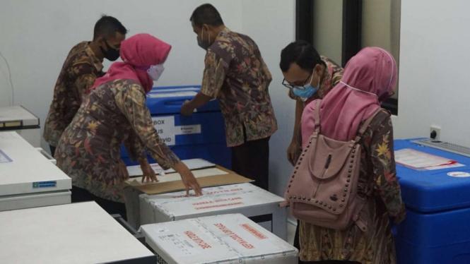 Sebanyak 10.609 dosis vaksin COVID-19 buatan perusahaan biofarmasi China, Sinovac, tiba di Kota Solo, Jawa Tengah, pada Selasa, 12 Januari 2021.
