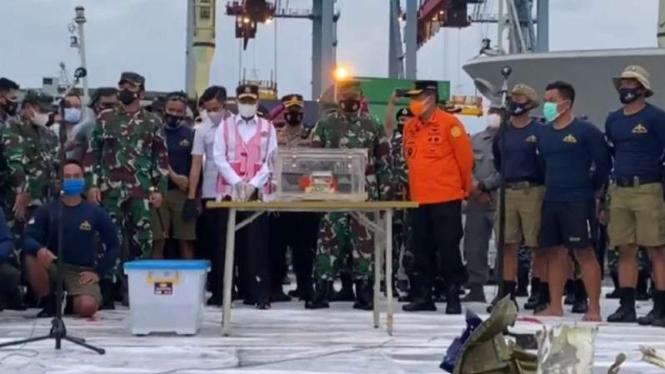 VIVA Militer: Marsekal TNI HT dan FDR SJ-182.