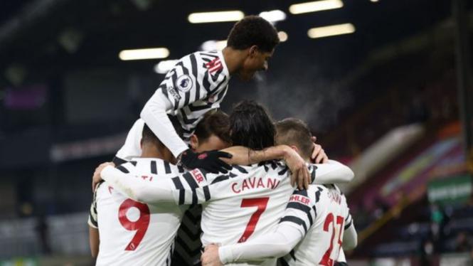 Para pemain Manchester United merayakan gol Paul Pogba