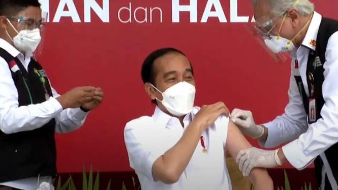 Presiden Joko Widodo menjalani vaksinasi COVID-19.