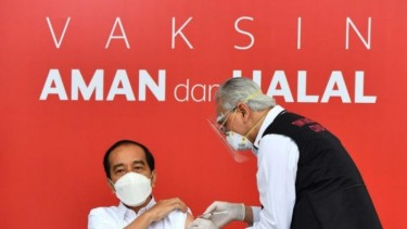 https://thumb.viva.co.id/media/frontend/thumbs3/2021/01/13/5ffe76d9b35ca-vaksinasi-covid-19-di-indonesia-dimulai-nakes-takut-protokol-kesehatan-mengendur_375_211.jpg