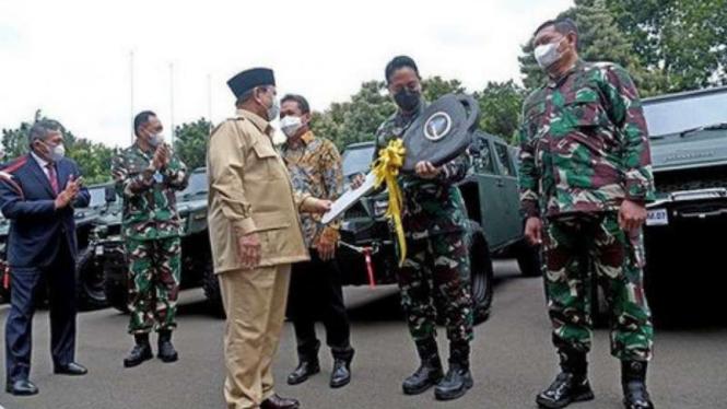 VIVA Militer: Letjen TNI (Purn) Prabowo Subianto serahkan 40 unit Maung ke Kasad