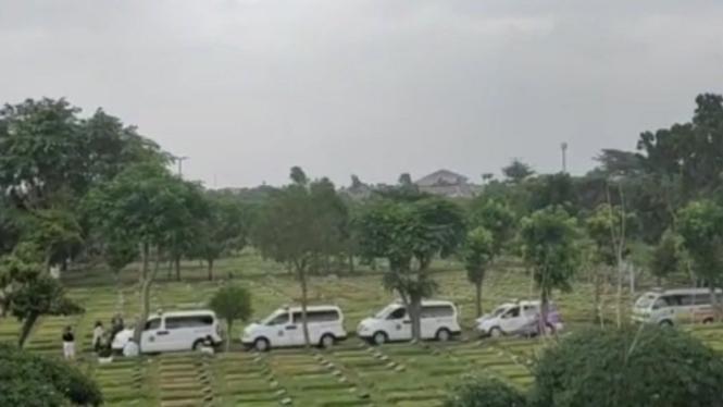 Antrean mobil ambulans jenazah COVID-19 di TPU Srengseng Sawah