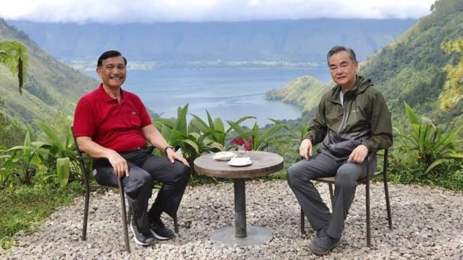 Menko Marves Luhut Binsar Pandjaitan dan Menlu China Wang Yi di Danau Toba.