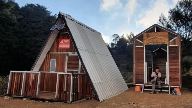 Posko kesehatan dan musala di Gunung Prau.