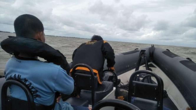 Kopaska Evakuasi jenazah nelayan saat pencarian korban SJ 182