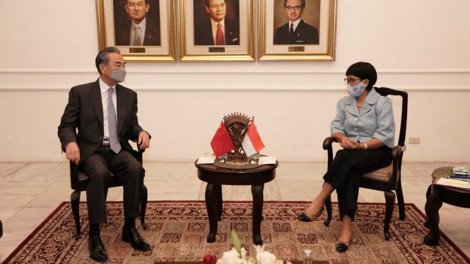 Menlu RI, Retno Marsudi saat berbincang dengan Menlu China, Wang Yi