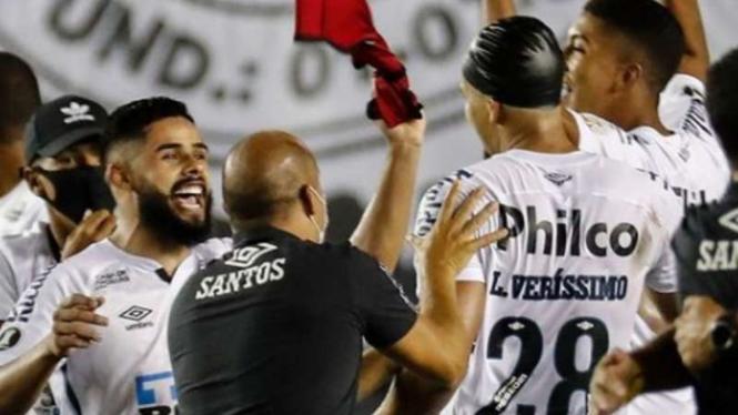 Pemain Santos rayakan keberhasilan lolos ke final Copa Libertadores 2020.