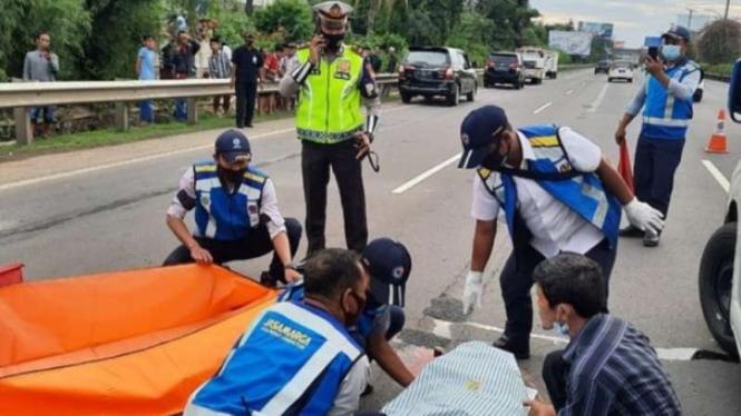 Seorang pria tewas tertabrak 4 kendaraan setelah menyebrang di tol.