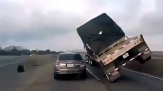 Mobil nyaris tertimpa muatan truk