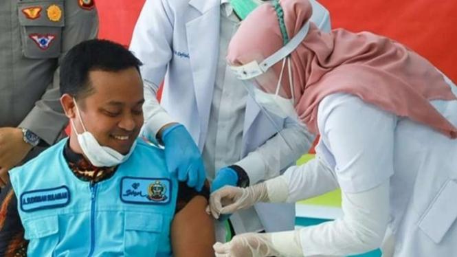 Wakil Gubernur Andi Sudirman Sulaiman menjadi orang pertama di Sulawesi Selatan yang disuntik vaksin COVID-19 pada Kamis, 14 Januari 2020.