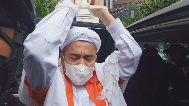Habib Rizieq Shihab meninggalkan Rutan Narkoba Polda Metro Jaya.