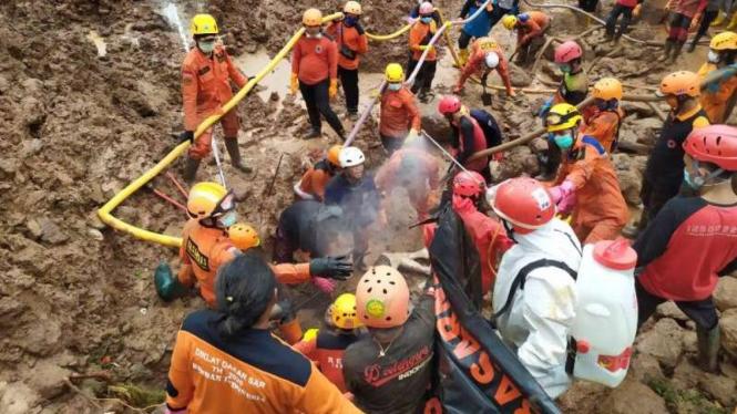 Tim Basarnas tengah mencari korban longsor di Sumedang.