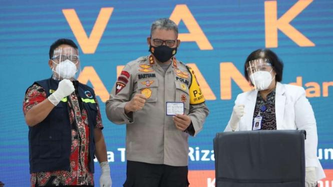 Kepala Kepolisian Daerah Sumatera Utara Irjen Pol Martuani Sormin usai disuntik vaksin COVID-19 di rumah dinas Gubernur, Kota Medan, Kamis, 14 Januari 2021.