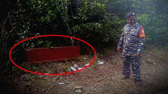 VIVA Militer: Serma TNI Yosep di dekat peti mati.
