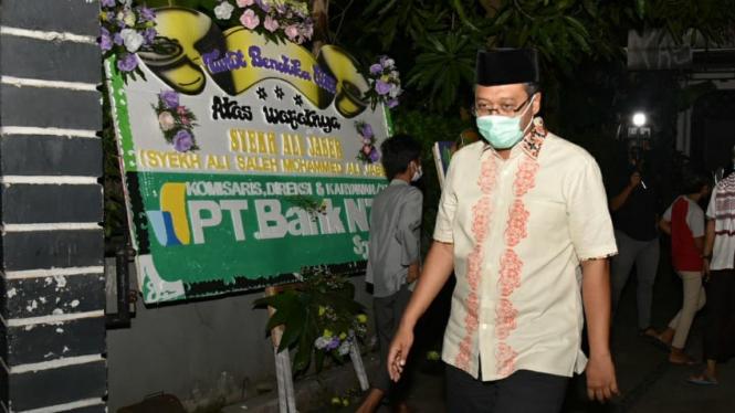 Gubernur NTB Zulkieflimansyah saat melayat ke rumah Syekh Ali Jaber di Mataram