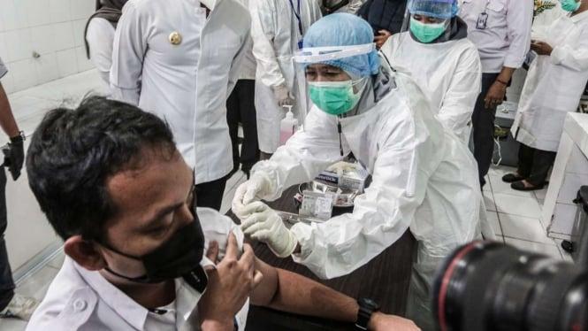 Tenaga kesehatan di Kota Bogor disuntik vaksin COVID-19