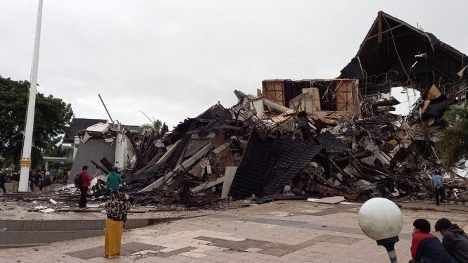 Kondisi kantor Gubernur Sulbar pasca diguncang gempa bumi Jumat dini hari.
