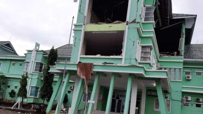 Bangunan di Mamuju yang terdampak gempa Majene, Sulbar.