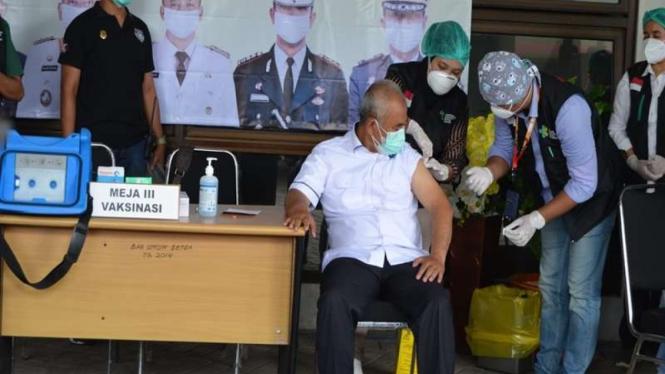 Wali Kota Bekasi disuntik vaksin COVID-19