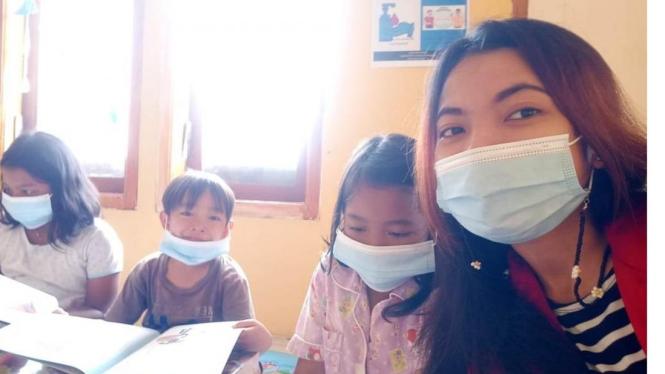 Gambar 1. Mahasiswi Untag bersama pengunjung perpustakaan mini
