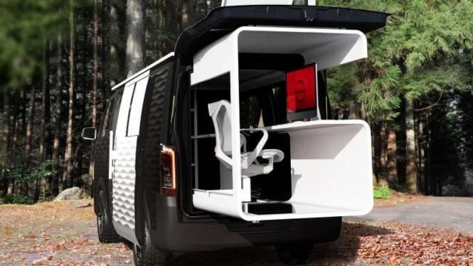 Mobil Nissan NV350 Caravan disulap menjadi ruang kerja.