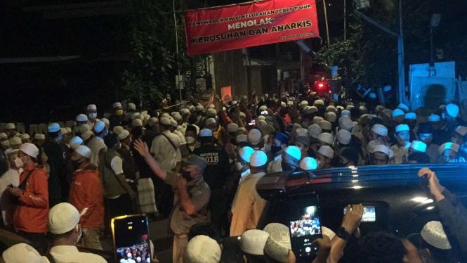 Ratusan orang pelayat menyambut kedatangan jenazah Habib Ali bin Abdurrahman Assegaf tiba di rumah duka di Jalan Tebet Utara II, Tebet , Jakarta Selatan, pada Jumat malam, 15 Januari 2021.