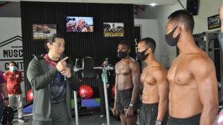 VIVA Militer: Binaragawan Ade Rai bersama prajurit Kopassus TNI AD