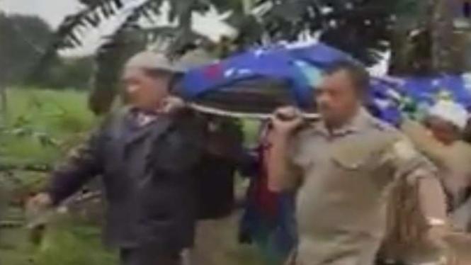 Warga membawa jenazah berjalan kaki karena ambulans yang dipakai terjebak macet