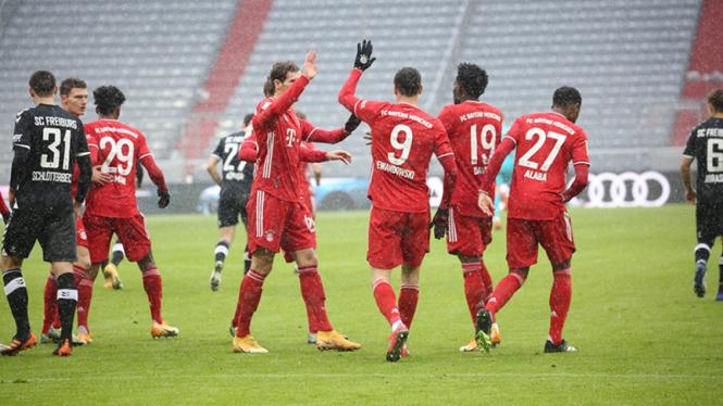 Selebrasi pemain Bayern Munich usai bobol gawang Freiburg.