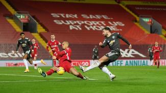 Fabinho menahan sepakan Bruno Fernandes di duel Liverpool vs Manchester United