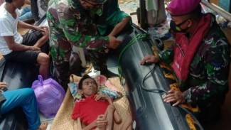 VIVA Militer: Pasukan Marinir TNI evakuasi pria disabilitas.