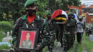 VIVA Militer: Prosesi pemakaman Mayor TNI Kav Gatot.