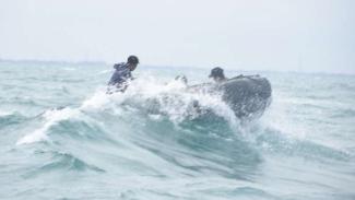 VIVA Militer: Pasukan Denjaka TNI AL saat dihantam gelombang.