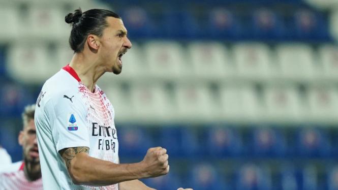 Striker AC Milan, Zlatan Ibrahimovic merayakan gol